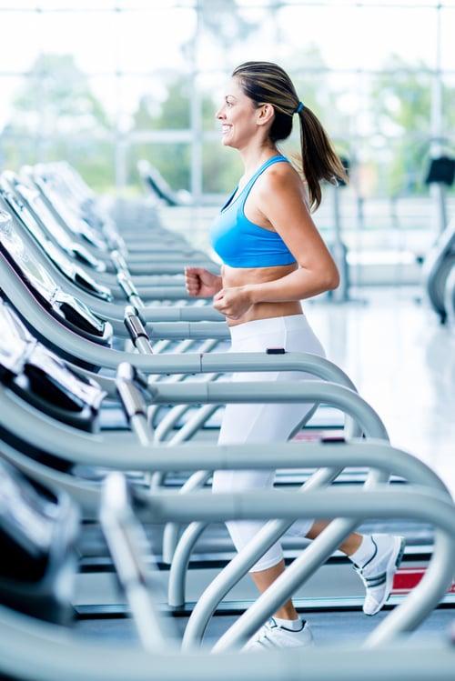 跑步減肥的人,可以增加跑步機坡度,也就是類似爬山的概念,坡度越陡,腿和臀部的肌耐力訓練就越強,相對的,也就能消耗更多熱量