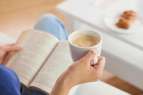 綠茶加咖啡,不就是苦上加苦嗎?想想兩者加乘的功效,你會覺得是別有風味。因為綠茶含有兒茶素,可以促使分解脂肪,咖啡具有綠原酸,能激發體內的酵素,兩種飲料組合,能提升燃脂率,絕對是減重一大助力!