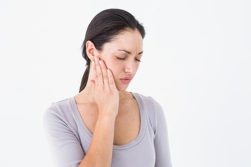 含有酸性成份的運動飲料,就和碳酸飲料一樣,會傷害牙齒的琺瑯質,容易導致蛀牙。