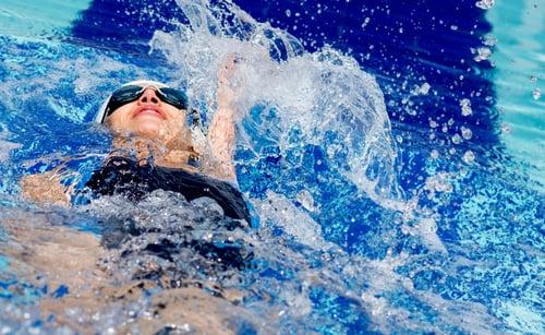 游完泳皮膚反而覺得乾燥,甚至癢癢的,這是因為游泳池為了殺菌大多添加了氯,導致水質變成微鹼性,一直泡水等於重複用香皂洗澡,把油脂刷得太乾淨,皮膚表面缺少保護和水分,因此容易引發濕疹。建議游泳後先洗澡,在塗上有保濕功能的身體乳,能減少全身癢癢的問題。