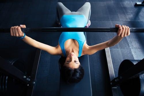 女生練胸肌是可以幫助胸型的。