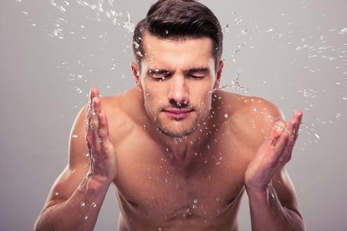 預防痘痘最好每天早晚洗臉各一次,輕輕地用乾淨的雙手清潔你的臉,而且要使用溫水,讓毛孔充分張開,才能徹底清除污垢。
