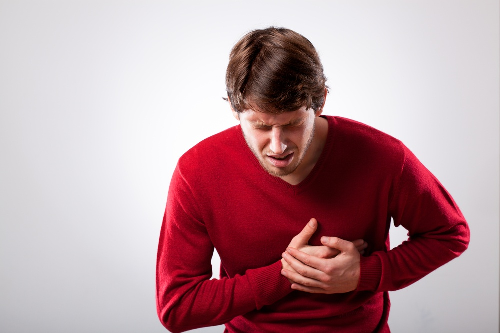 高血壓合併出現的症狀,包括:中風、心臟病變、心肌梗塞Young man with strong chest pain, horizontal