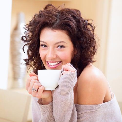 所謂的冷氣病是因為溫度太低或溫差大,導致過敏症狀,例如:流鼻水、咳嗽咳不停…等,嚴重甚至會引發氣喘,為了避免以上情況,當身體感覺到冷時,可以喝一點薑茶或吃顆薑糖,促進血液循環,幫助發熱。