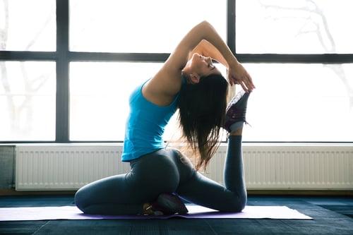 對於有徒手訓練,或是自己規劃基礎健身訓練、心肺訓練或瑜珈伸展的族群,瑜珈墊,絕對是必備!可以保護關節、降低與地面的撞擊力,減少運動傷害,還能降低運動時的噪音。