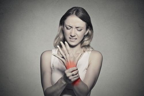 其實網球肘和媽媽手,是有相關聯的。因為無論是網球肘或是媽媽手,當疼痛部位或疼痛感,漸趨嚴重,可能會擴散到前臂或手腕,導致抓握無力,甚至會讓頸部、上背部僵硬。