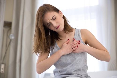 剛剛提到,冰浴能舒解痠痛,主要就是因為能減少血管收縮、阻止發炎,不過當你是高血壓、心血管疾病患者,就不適合使用這方法,因為體內的血液流動變慢,其實是很危險的事情,最嚴重還可能導致心臟驟停或中風。