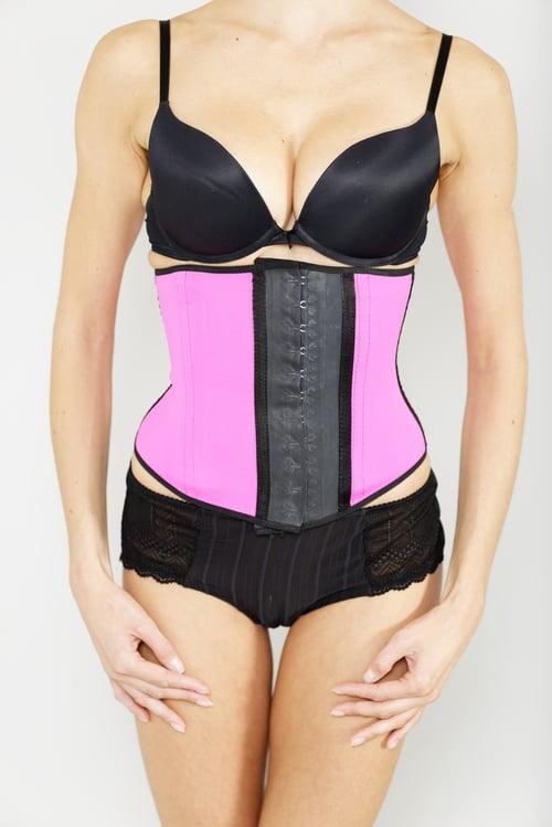衣服穿太緊、內衣、塑身衣會造成腹壓太高,而造成胃酸逆流。