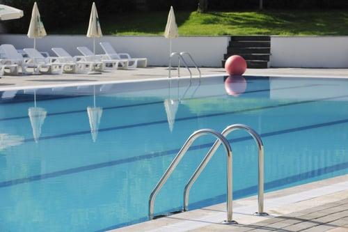游泳減肥為何會效果好,是利用水中阻力增加強度,來消耗更多的熱量。那麼,一定要很會游泳才能享受到效果嗎?事實上,你不需要像飛魚菲爾普斯一樣會游,也可以透過水阻的特點,在岸邊或是自己覺得安全的範圍做這5種運動,今年夏天涼涼的瘦下去~