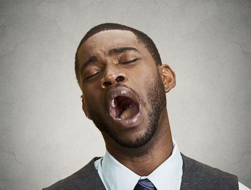 還有一個常見的情形,如果是感冒鼻塞或是長時間習慣用嘴巴呼吸的人,會使嘴巴越來越乾,然而唾液越少、細菌越長越多,導致這些人的口臭味會比一般人還臭。