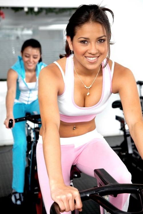 根據研究,和一個妳覺得比自己更好的人一起運動時,會不知不覺把訓練強度提高,以前做4組就想喊停,和對方同時鍛鍊可能會增加到6組,所以想要運動效果好,突破自己的極限,快拉一個閨蜜一起去健身吧!