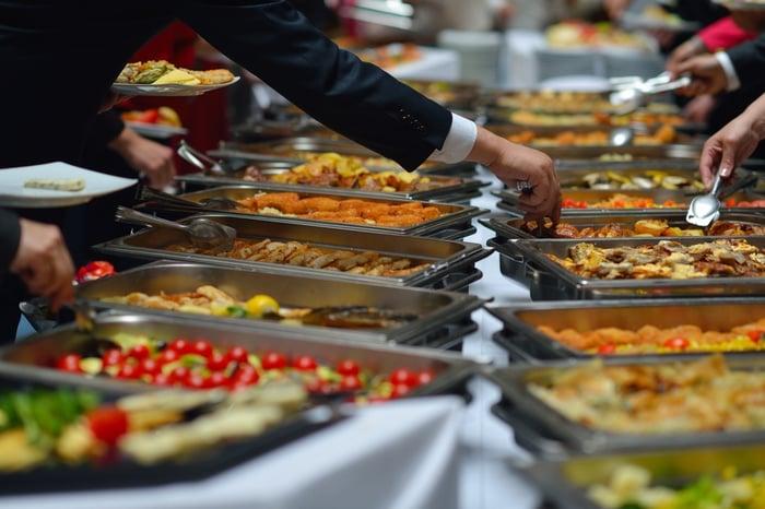 外食族和沒時間煮飯的人想要減肥,多樣菜色的自助餐是不錯的選擇。