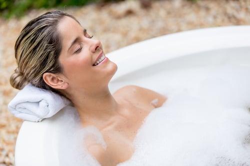 NO,雖然常常看連續劇的女星們都邊泡澡邊敷面膜,好放鬆、好享受~但其實這樣是在阻礙正常的排出代謝。最好敷面膜的時間,是在洗澡後半小時內,毛孔被熱氣睜開,這時敷面膜能修復與保養肌膚,皮膚也能吸收面膜中的精華!因此,別泡澡順便敷面膜囉~這樣省時卻無效。