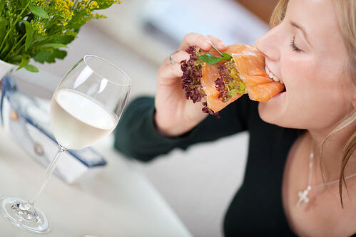戒碳水減肥,讓營養鐵三角:碳水化合物、蛋白質、脂質少了一員,容易引發脂肪代謝紊亂,導致脂肪在體內越堆越多,不只復胖還可能變得更~胖~