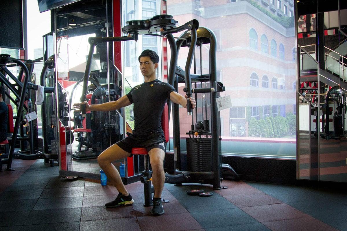 肩部肌肉-教練示範反式蝶機展肩