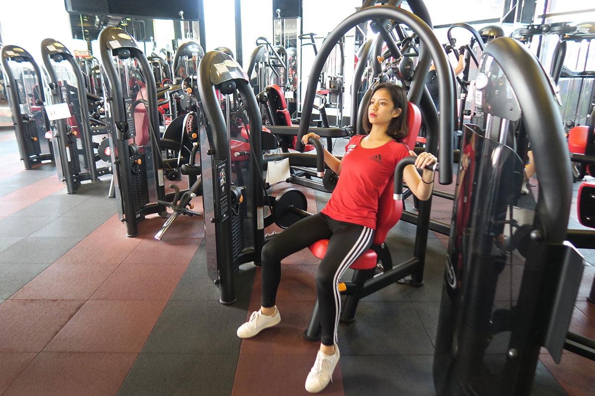胸部肌肉-教練示範坐姿握推