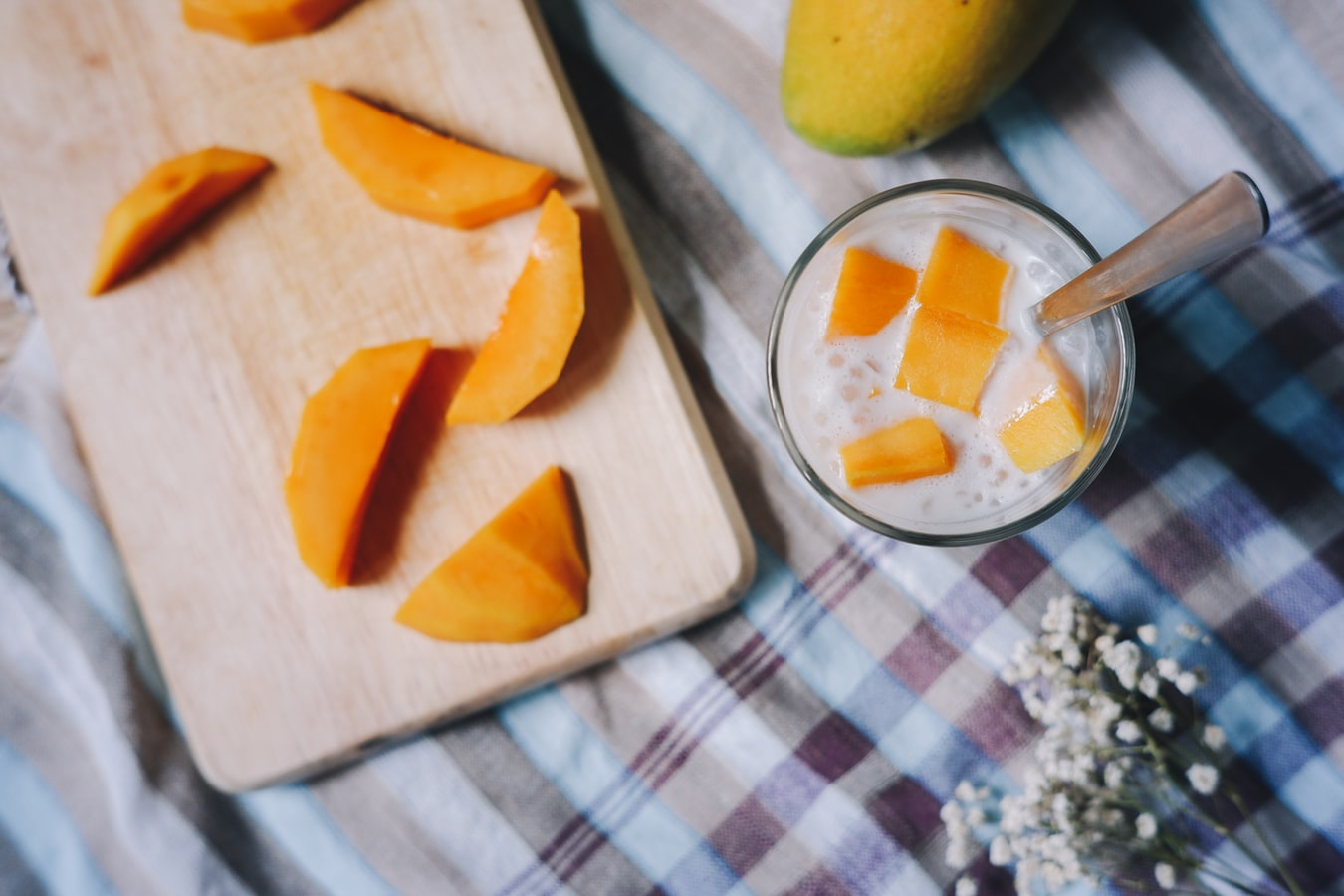 芒果中含有的沒食子酸,有幫助身體消毒、排除多於熱能的功效,在冰品中加入它,讓你在炎炎夏日保持涼爽,避免中暑,真不愧是夏天果王!