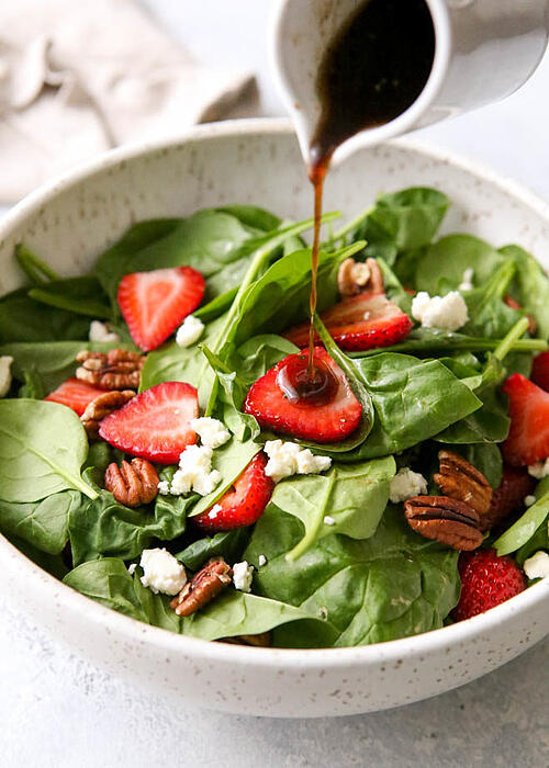 想減肥的外食族,生菜沙拉,絕對是你的選項,但,千萬別因為生菜沙拉,擁有豐富纖維和營養價值蔬果,就忽略了地雷沙拉醬的危險。注意,一定要挑選低卡、優質的沙拉醬,否則熱量可是會破表。