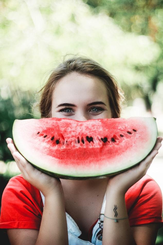 西瓜中的「瓜氨酸」,在身體裡會轉變成精氨酸,促進血液循環,增加性器官充血水平,西瓜也因此被譽為天然壯陽藥。