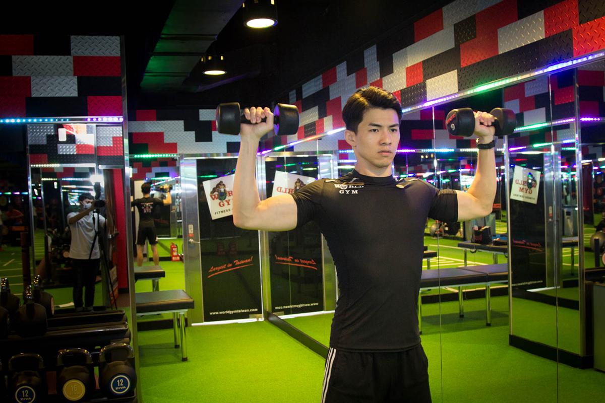 健身房運動,練肩膀