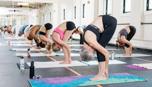 在38℃以上的溫度做瑜珈,一般人在10分鐘之內就會大汗淋漓,如果沒有注意水分流失的情況,很容易出現脫水的現象,可能會造成嘔吐、肌肉痙攣,甚至昏厥的問題,因此建議上課前先補充水分,並且準備好水壺放在你的瑜珈墊旁,把握時間多喝水。