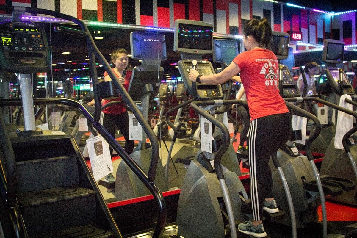 World Gym健身房踏步機器材