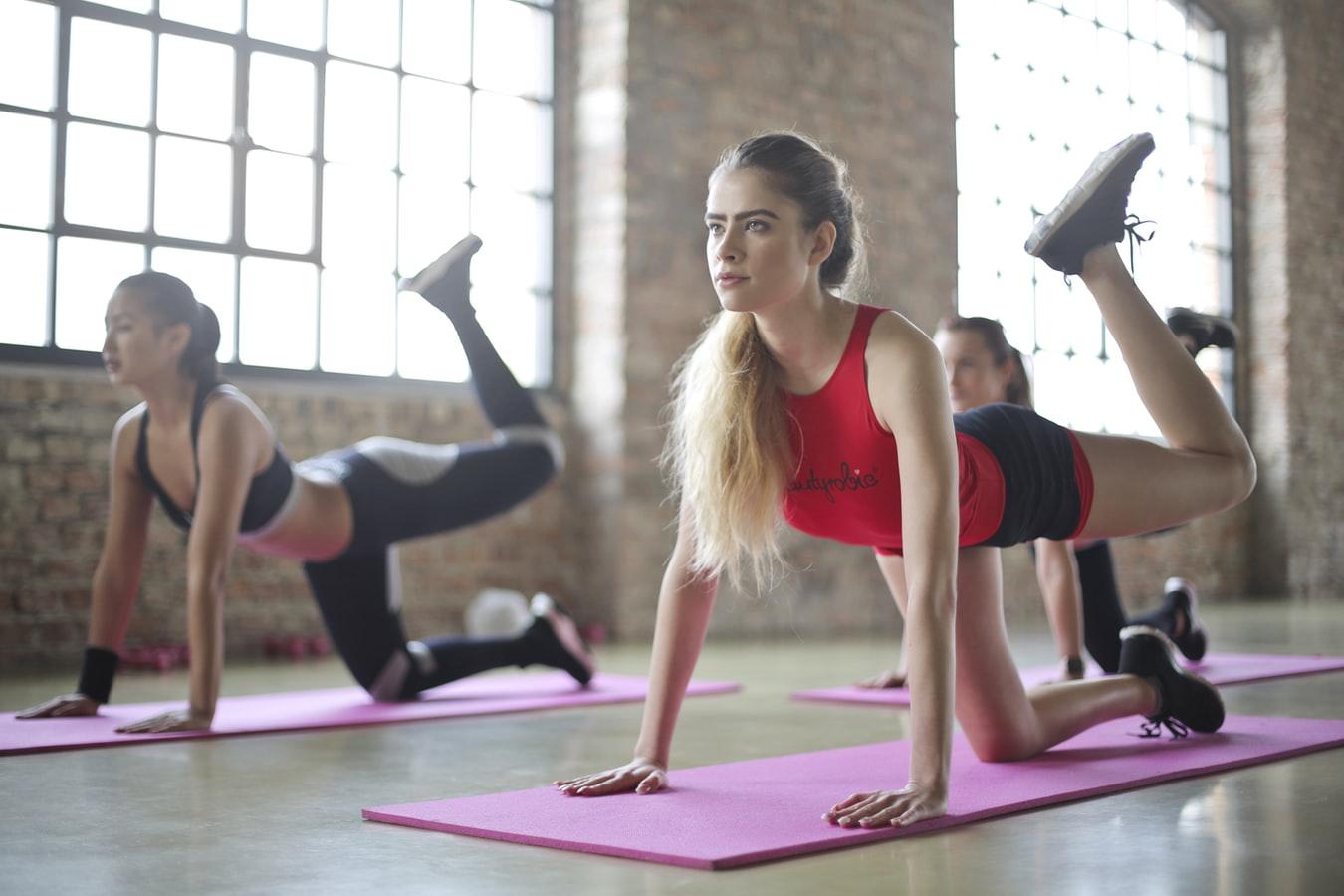 如何靠有氧舞蹈減肥呢?來,跟著專業教練跳就對了!封面