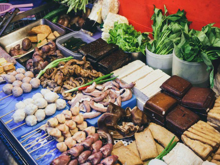 建議多以天然的原型食物為主,例如:菇類、海帶、木耳、白蘿蔔…等各式各樣的蔬菜,以及非油炸的豆類製品;至於小孩最愛吃的火鍋料:魚丸、貢丸、蛋餃、鑫鑫腸、甜不辣、蟹肉棒、水晶餃…等,都是營養價值低、熱量超級高的食物。