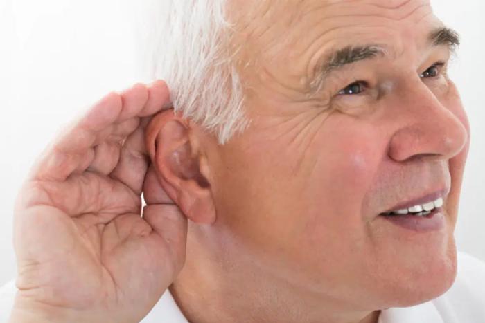 老了重聽很正常?研究指出罹患失智症風險恐加倍