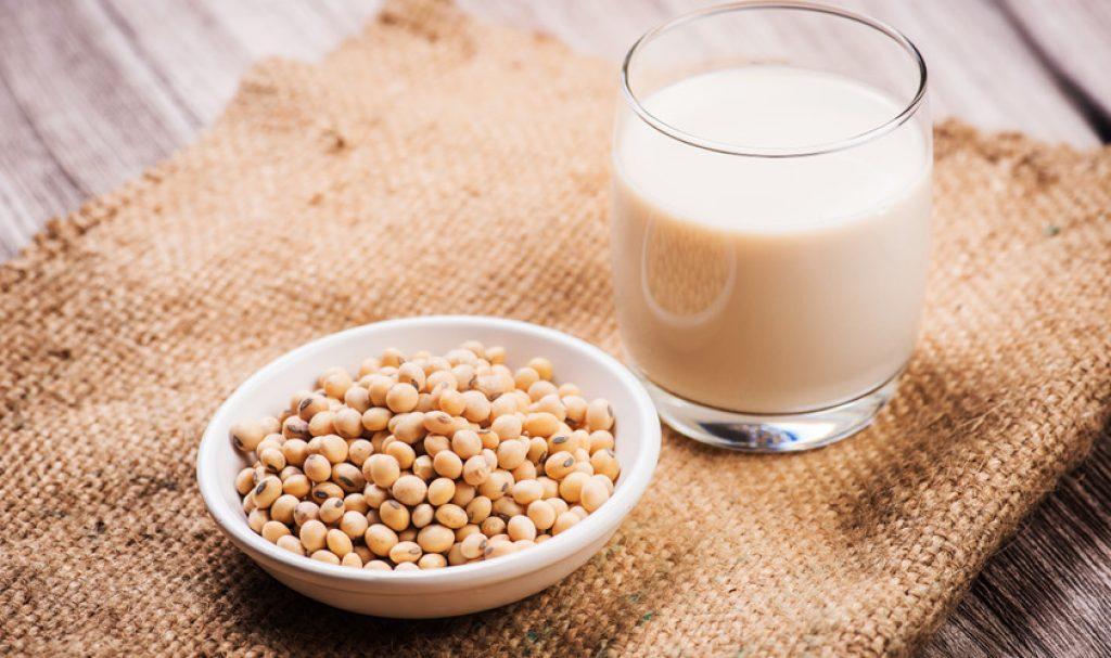 台灣人習慣吃早餐來一杯豆漿,甚至是半夜肚子餓,也會想到買杯豆漿讓肚子有點飽足感。只是,市面上的豆漿,有白豆漿、黑豆漿、鹹豆漿,哪一個熱量最低?該如何選擇,避免誤踩高熱量地雷呢?