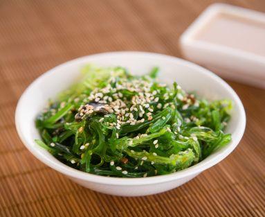 其中,一定要推薦「海藻類食物」,這是許多減肥料理中,關鍵好食材,像是這3種市面上非常常見且取得容易的海藻類食物,如:紫菜、海帶、昆布,就是營養價值高,熱量比一般蔬果低的瘦身食材!