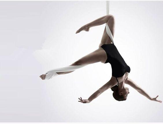 1a1acfd850cd3a你可能會想說,就靠一條懸掛在天花板上的布、支撐我們整個人的重量,夠穩嗎?為何一定要在空中上做瑜珈?跟一般的瑜珈有什麼差別呢?立馬帶大家了解!843e6396ef5664d19e6