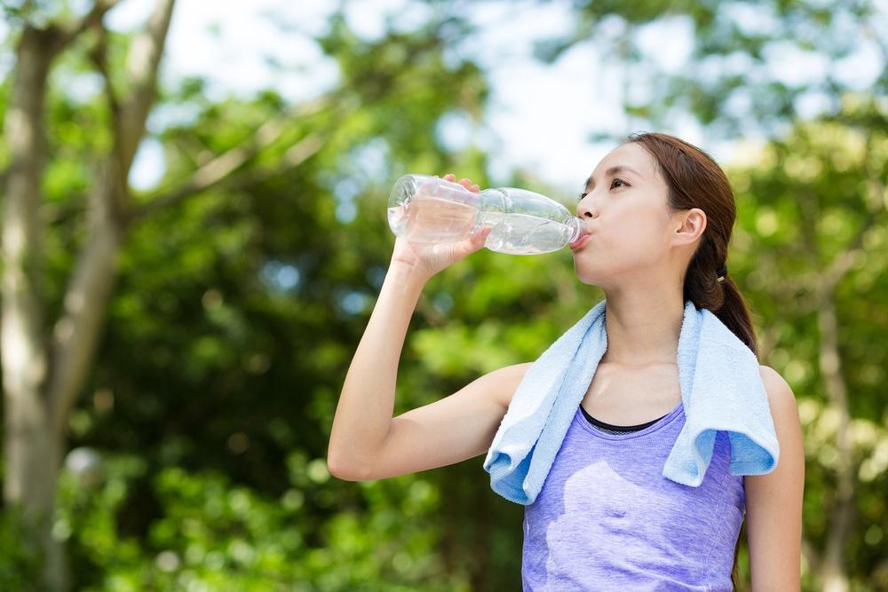 因為氣泡水裡的二氧化碳釋放出來,會帶走熱量,讓人感覺到舒爽唷!