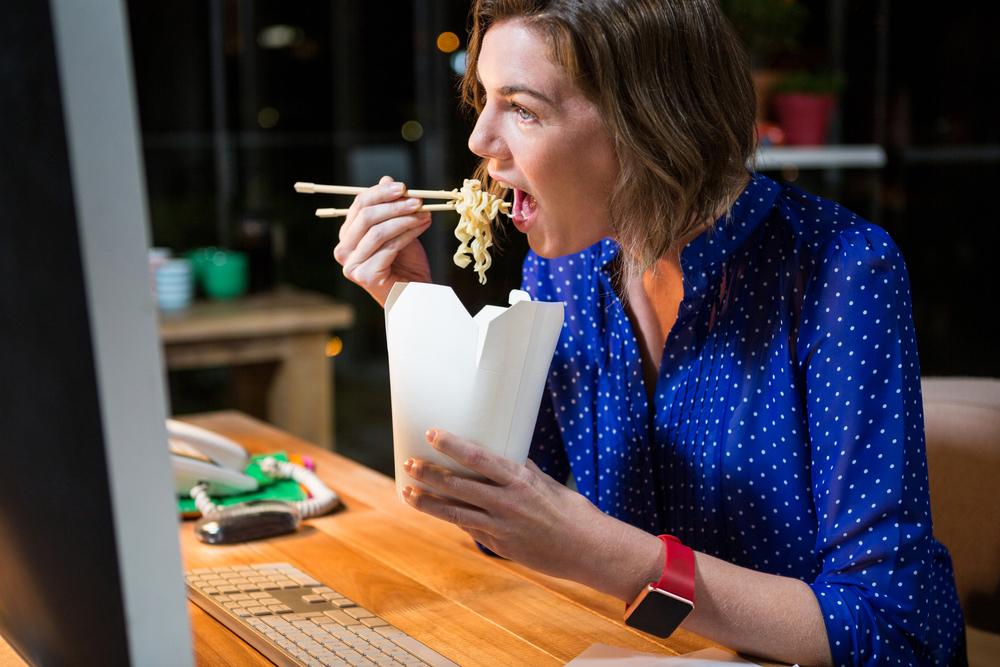 早上工作忙不完,就拿中午休息時間邊吃飯邊趕工作,很容易分散了你吃飯的注意力,不知不覺吃得太快或吃得太多,而攝取過多的熱量。