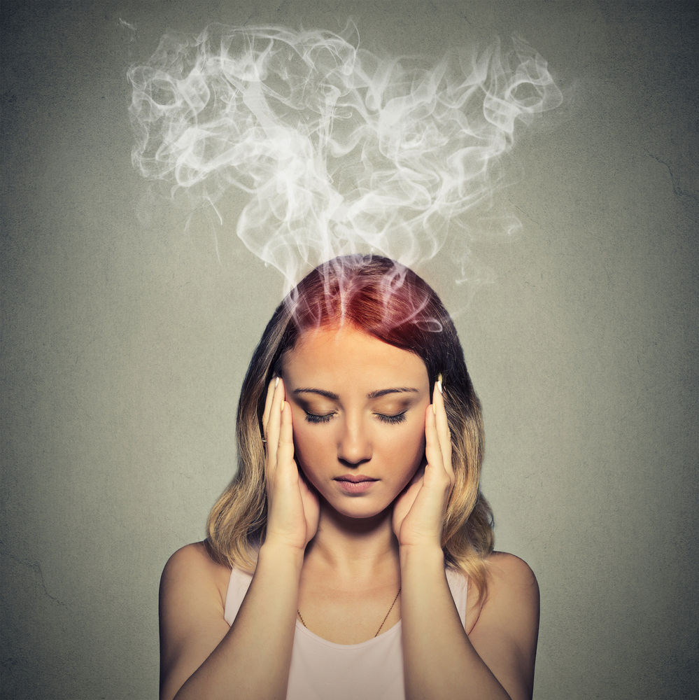 相信大家都有過頭痛的經驗,加上過勞、壓力大,或是「人手一機」的壞習慣,這些低頭看臉書、滑IG、回LINE,甚至沉迷於線上遊戲的行徑,都是引起頭痛的關鍵!