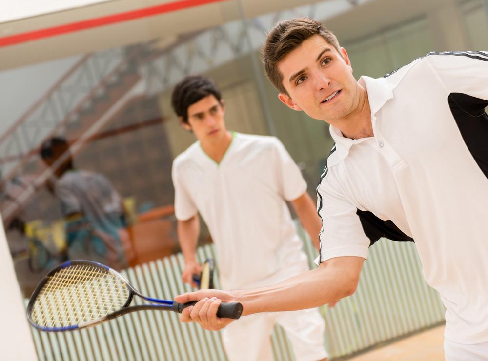 想要訓練爆發力,真的很推薦打壁球!壁球,是一種室內球拍運動,不限於天氣好壞影響,而在人數上,可以一個人練習打壁球,也可以兩個人、四個人一起競賽對打,不像網球、羽毛球,必須兩個人才能成立的球類運動。