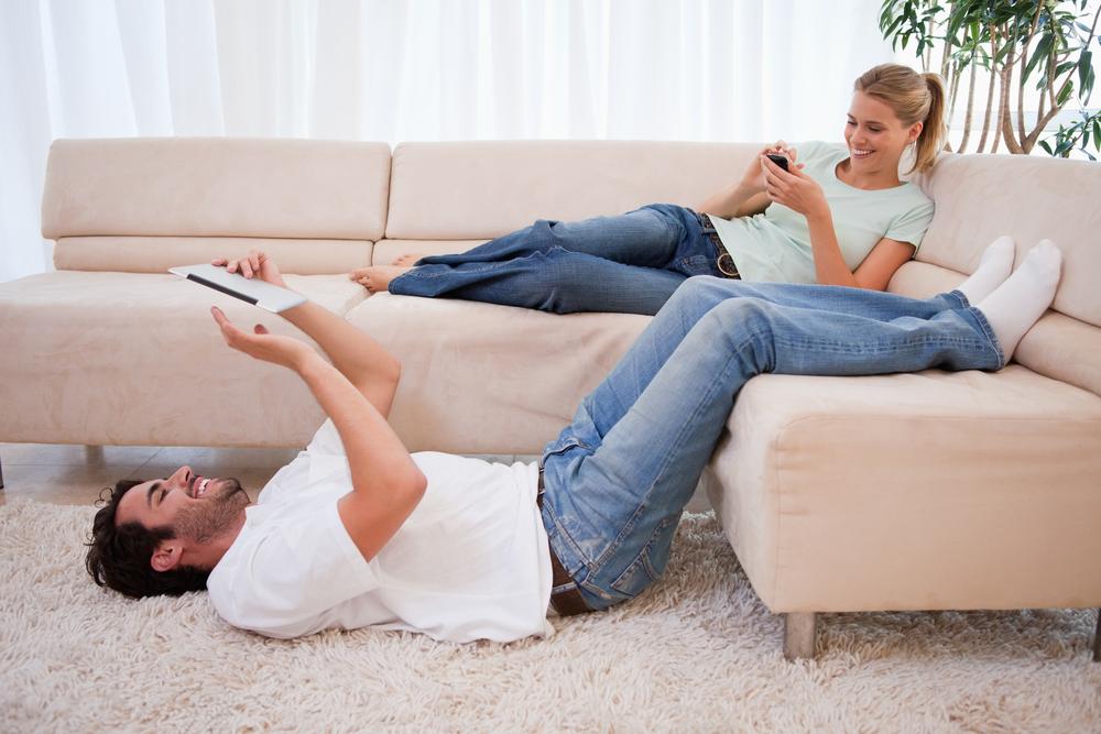 在床上不只有睡覺、賴床、發懶這些選項,你還可以做「床上懶人操」,只要雙腳抬高貼於牆面,就可以邊滑手機邊運動,讓再忙碌的你,沒有藉口不運動!
