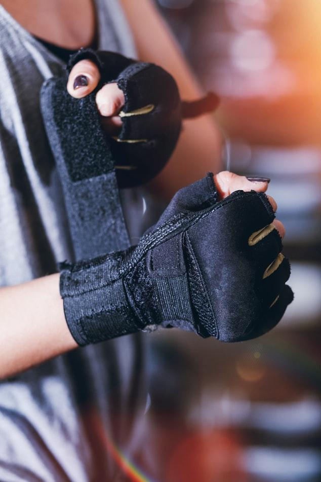 如果是喜歡打拳擊,那麼拳擊手套則是必備的。那麼重訓強度較高的話,建議要挑選有護腕的